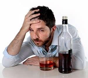Мужчина до применения капель Алковин от алкоголизма