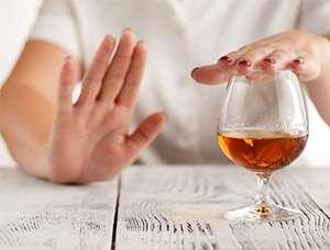 Женщина отказывается от алкоголя после применения Алковина