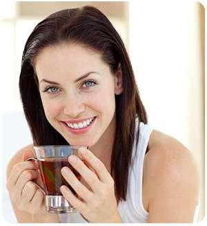 Девушка пьет чай sachel
