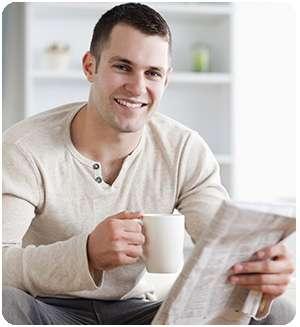 Мужчина пьет чай из коллекции sachel