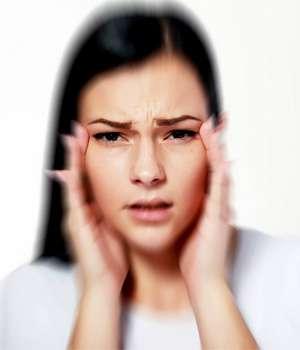 Женщина до применения капель для зрения Aquablue