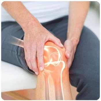 У мужчины болят суставы до применения крема Артрозакс.