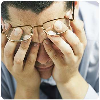 У мужчины плохое зрение до применения таблеток Perfect Vision .