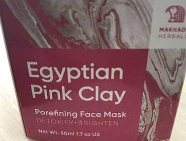 Egyptian Pink Clay для лица на столе.