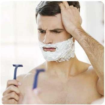 Мужчина до применения крема для удаления щетины Razorless Shaving.