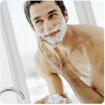 Мужчина бреется средством Razorless Shaving.