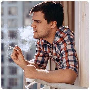 Мужчина до применения спрея Smoke Out от курения.