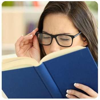 Женщина до применения средства Oculax для глаз.