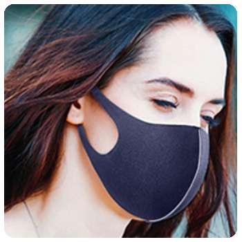 Благодаря маске для лица девушка защитила себя от инфекции.