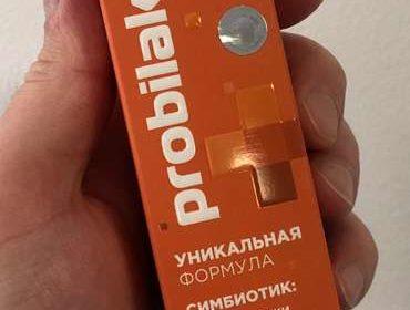 Упаковка Симбиотика пробилакт в руке крупным планом.