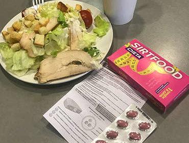 Средство Сиртфуд на столе с тарелкой.